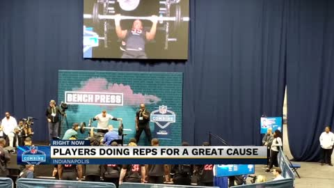 Notre Dame's Julian Okwara bench presses for a cause at NFL...