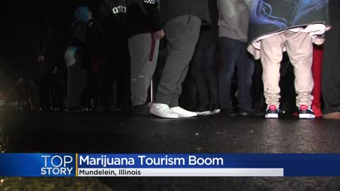 Thousands line up for first recreational pot sales in Illinois